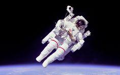 1984年、スペースシャトル・チャレンジャー号によるSTS-41-Bミッションで人類初の命綱なしの船外活動を行なったブルース・マッカンドレス飛行士。有人操縦ユニット (MMU) を使用して宇宙遊泳を行なっている
