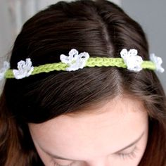 Thin crochet flower headband. Easy  tutorial in Swedish with step by step images.