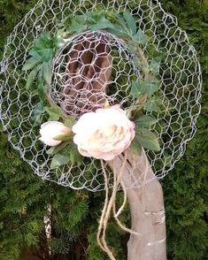 Hand painted rustic home decor, wreaths and more! Chicken Wire Sculpture Diy, Chicken Wire Art, Chicken Wire Crafts, Diy Garden Decor, Garden Crafts, Garden Art, Diy Art Projects, Garden Projects, Unique Gardens
