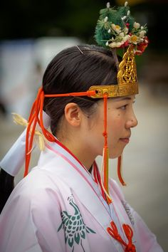 A miko dressed in junihitoe Japanese Shrine, Japanese Geisha, Japanese Kimono, Japanese Colors, Japanese Design, Traditional Fashion, Traditional Outfits, Mont Fuji, Shrine Maiden