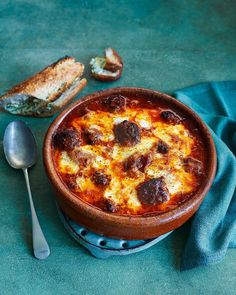 Italian baked meatballs with garlic baguettes: Flavour-packed meatballs, tangy tomato sauce and oodles of melted mozzarella. This recipe is crowd-pleasing comfort food at its absolute best. Tapas Recipes, Meat Recipes, Italian Recipes, Cooking Recipes, Savoury Recipes, Italian Cooking, Oven Recipes, Meatball Recipes, Easy Cooking
