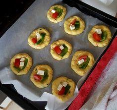Μπουρεκάκια φούρνου λαχταριστά! Cook Pad, Breakfast Snacks, Greek Recipes, Sushi, Cake Recipes, Biscuits, Food And Drink, Cooking Recipes, Ethnic Recipes