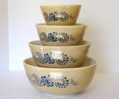 Love my pyrex bowls.use them almost daily! Vintage Pyrex Dishes, Vintage Bowls, Vintage Glassware, Vintage Love, Antique Dishes, Vintage Kitchenware, Vintage Style, Vintage Items, Pyrex Mixing Bowls