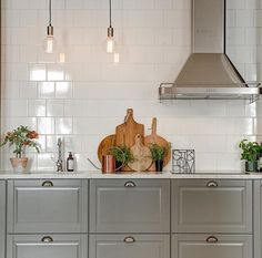 Styling vi gjort i veckan, fler bilder hittar ni hos 😍🙌🏻☀️ Paris Kitchen, Kitchen Decor, Kitchen Ideas, Kitchen Backsplash, Kitchen Cabinets, Bodbyn, Scandinavian Interior Design, Interior Inspiration, Tiles