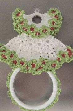 Porta pano de crochê em formato de vestidinho branco Crochet Trim, Crochet Hats, Towel Hanger, New Years Eve Party, Crochet Flowers, Crochet Earrings, Crochet Patterns, Barbie, Santa