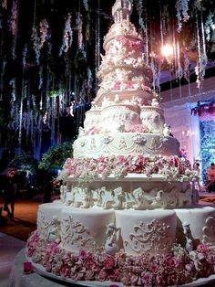The Chic Technique: Amazing Wedding Cake in Shades of Pink and White. Huge Wedding Cakes, Extravagant Wedding Cakes, Amazing Wedding Cakes, Wedding Cake Designs, Unique Cakes, Elegant Cakes, Gorgeous Cakes, Pretty Cakes, Bolo Floral