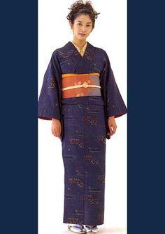 """Kimono-Sözlük anlamı """"giysi"""" anlamına gelen Kimono, Japonya'ya özgü en geleneksel ögelerden biridir. Kadınlar Kimonolarını özellikle geleneksel çay ve ikebana törenlerinde giyerler. Genç kızlar ise furisode olarak adlandırılan çok renkli kolları diğer kimonolara göre daha uzun, parlak Obi (kemer) i olan kimonoları giymektedir. Hayat içerisinde sık kullanılan kimonolara, Edo komon ismi verilmiştir. Ölüm törenlerinde hem erkekler hem bayanlar siyah kimono giyerler."""