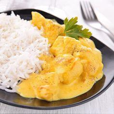 Esta receta de pollo al curry es muy sencilla y rápida. La salsa a base de crema de leche resulta muy untuosa, pero puedes aligerarla con yogur.