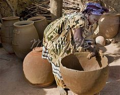 http://www.veniceclayartists.com/wp-content/uploads/2015/02/female-potter-making-large-clay-pots-at-the-village-of-Kalabougou.jpg