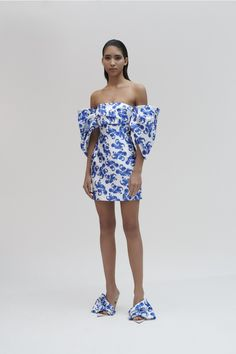 Discover the full Solace London collection of dresses with brand exclusives online now. Shop midi dresses, maxi dresses and gowns with UK next day or express global shipping. Pretty Dresses, Blue Dresses, Summer Dresses, Blue And White Dress, Chicano, Dress Me Up, Clubwear, Spring Summer Fashion, Dress To Impress