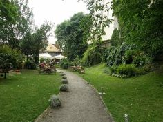 Leib Resto and Aed is a place with a beautiful garden in the city wall. Restaurant has invested in local and organic food. Organic Recipes, Beautiful Gardens, Restaurants, Sidewalk, Country Roads, City, World, Places, Side Walkway