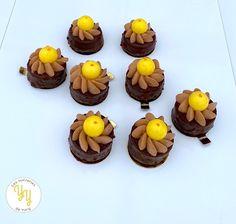 Aujourd'hui je vous propose une recette hyper simple et qui en jette (enfin je trouve !). Je vous présente mes petits gâteaux chocolat orange composés: - d'un moelleux au chocolat - d'un crèmeux orange - d'un confit d'orange - d'une ganache montée au chocolat Jus D'orange, Muffin, Blog, Hui, Breakfast, Desserts, Simple, Molten Lava Cakes, Morning Coffee