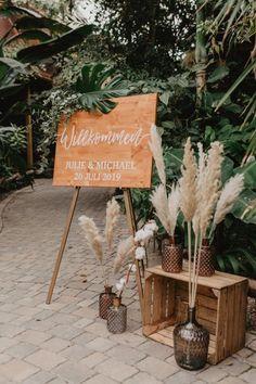 Holzschild Hochzeit mit Pampasgras Deko #weddingbouquet #wedding Wedding Mood Board, Wedding Table, Diy Wedding, Rustic Wedding, Dream Wedding, Vintage Outdoor Weddings, Wedding Ideas, Boho Wedding Decorations, Wedding Centerpieces
