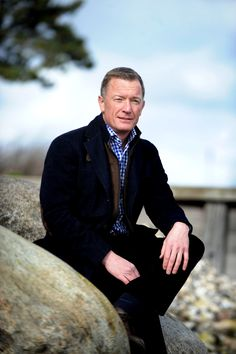 Torben Wiese har i 25 år arbejdet med forandringsprocesser, stress, ledelse og arbejdsglæde. Har skrevet bestselleren Bryd vanen og nå dine mål, der udkom første gang i 2005, og Bøj fisken mens den er frisk (2009) og har været tilknyttet Lørdagspanelet på DR P4.