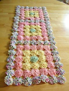 Yo Yo Floral Table Runner Topper Quilt Top by cottagegardenquilts Patchwork Table Runner, Quilted Table Runners, Fabric Crafts, Sewing Crafts, Sewing Projects, Quilt Patterns, Sewing Patterns, Yo Yo Quilt, Quilt Top