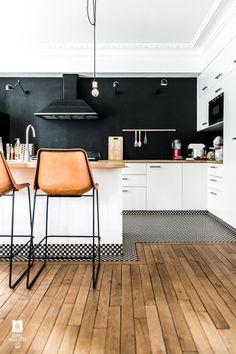 Très beau plan de travail, sol parquet, Bar de cuisine ouverte kitchen chaise de bar