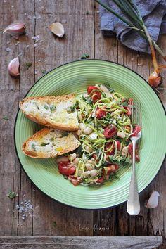 Salata de fasole boabe cu dovlecei si rosii, reteta de salata de vara. Mod de preparare si ingrediente salata de fasole boabe cu dovlecei zucchini.