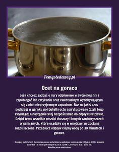 Jeśli chcesz zadbać o rury odpływowe w swojej kuchni i zapobiegać ich zatykaniu oraz ewentualnym wydobywającym się z nich nieprzyjemnym zapachom. Raz na jakiś czas podgrzej w garnku pół butelki octu spirytusowego (czyli tego zwykłego) a następnie wlej bezpośrednio do odpływu w zlewie. Dzięki temu wszelkie resztki tłuszczy i innych zanieczyszczeń organicznych, które osadziły się w wnętrzu rur zostaną rozpuszczone. Przepłucz odpływ ciepłą wodą po 30 minutach i gotowe. In Case Of Emergency, Useful Life Hacks, Home Hacks, Creative Food, Good To Know, Cleaning Hacks, Health And Beauty, Helpful Hints, Diy And Crafts
