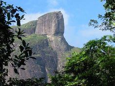 Parque Nacional da Tijuca: A Pedra da Gávea, uma das maiores elevações rochosas da cidade, com 842 m de altitude