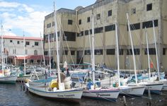 Belize City - Belize City est l'ancienne capitale du pays, avant qu'elle ne soit quasiment détruite en 1961 par le cyclone Hattie et qu'elle cède la place à une nouvelle capitale, Belmopan. La ville a conservé des stigmates de la colonisation britannique; on y voit encore quelques maisons en bois construites sur pilotis, typiques de l'architecture des Caraïbes. Un vrai retour dans le temps!