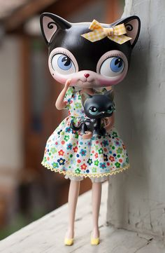 my latest custom doll! giant LPS head on a licca body. wears a dress by pam pretty designs (totally appropriate name), bloomers käthe kruse, shoes francie repro. holds a normal sized lps cat. Lps Cats, Little Pet Shop, Kawaii, Cat Doll, Pretty Designs, Doll Repaint, Little Doll, Vinyl Toys, Monster High Dolls