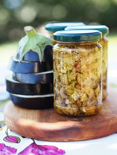 Per la categoria Autoproduzioni: come preparare le melanzane a filetti sott'olio, procedimento con bollitura oppure a crudo, con origano e peperoncino. Tuscan Bean Soup, Homemade Liquor, Pickle Jars, Canning Recipes, Italian Recipes, Pickles, Side Dishes, Food Photography, Food Porn