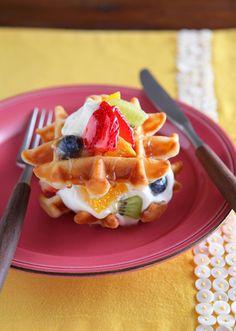 「ビタントニオ ワッフル&ホットサンドベーカープレミアムセット」を使って、ご褒美ワッフルを作っちゃおう♪ヨーグルトの爽やかでさっくりしたワッフルで、生クリームとフルーツをたっぷりサンド!