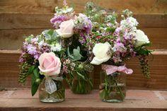 déco de salle de mariage avec des fleurs en pots de confiture