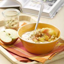 Zimtäpfel auf Bananenquark 8 1 Stück (mittelgroß) Äpfel    3 EL Wasser    1 Prise(n) Zimt    250 g Magerquark    4 EL Mineralwasser, kohlensäurehaltig    1 Stück (mittelgroß) Banane/n    4 EL Haferflocken