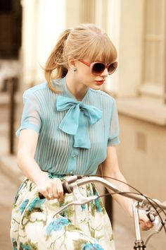 Taylor Swift loves to dress vintage. This look represents the thirties so well. The bow at the collar and the tucked in blouse. The skirt is flowery and shows off the femininity.