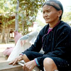 A Lanten ethnic minority woman rolling cotton Ban Nam Dee Luang Namtha province Lao PDR The Lanten or Yao Mun are a small but distinctive group of...