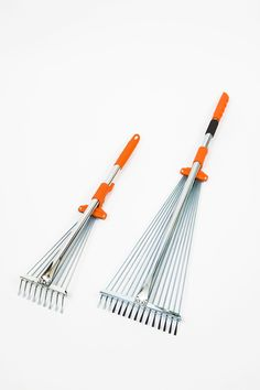 Our Tiger Jaw rakes now come in a pair, the mini and the telescopic. This combination is designed so you can use both together for picking up leaves and debris in your yard. Both have expanding and contracting tines and the R2 rake has an extendible telescopic handle.