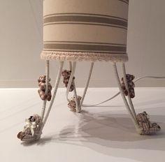 Abajur com ursos. cupula em tecido listrado. 13 de diâmetro.  Pode ser feito sob encomenda em outras cores a combinar.