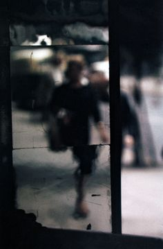By Saul Leiter, ca. 1953, Shopping. © Saul Leiter Courtesy: Saul Leiter, Howard Greenberg Gallery, NY.