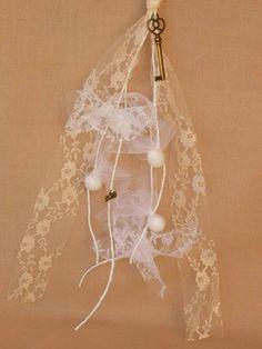 Χειροποίητη Μπομπονιέρα Γάμου-  Οι μπομπονιέρες κατασκευάζονται στο κατάστημά μας και γίνονται αλλαγές σε σχέδιο, χρώμα και ύφασμα για να ταιριάζουν με το ύφος του γάμου σας.