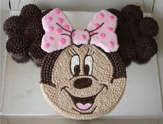 This Minnie Mouse cake is so easy to create! I just used full size muffin tins to bake my chocolate cupcakes and used the star tip to cover in deep chocola Minnie Mouse Cupcake Cake, Minnie Mouse Party, Cupcake Cakes, Mickey Cakes, Fun Cakes, Mickey Party, Cupcake Ideas, Pull Apart Cupcake Cake, Pull Apart Cake