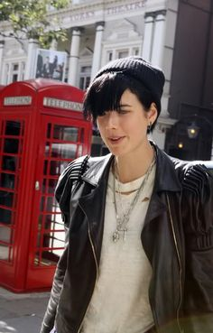 Agyness Deyn Look What's needed - silver chains, ripped white tee and ear ring. Queer Fashion, Tomboy Fashion, Grunge Fashion, Love Fashion, Autumn Fashion, Tomboy Style, Androgynous Women, Agyness Deyn, Winter Outfits