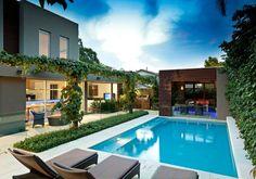 rechteckiger Schwimmbad im Garten