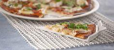 Sabem como preparar uma Pizza de queijo brie com presunto e rúcula?