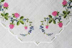 Grande exellently fatto di ricami a mano a punto croce di vintage anni  50 su osso bianco lino tovaglia con trifoglio rosa e blu / forgetmenot fiori movente.    Dimensione: 35,5 * 36 / 90 * 91 cm o pollici. Eccellente condizione depoca.