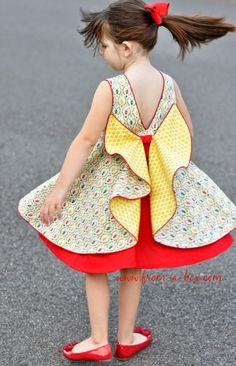 I am here today to show off the gorgeous Secret Garden Dress pattern by E M Patterns, and tutorial by Sprouting JubeJube. The dress features a beautiful flounce at the back, which creates a pretty… Frock Patterns, Girl Dress Patterns, Sewing Patterns Girls, Frock Design, Baby Outfits, Kids Outfits, Garden Dress, Kids Frocks, Little Girl Dresses