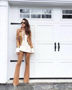 Belíssimo look da Camila Coelho! Combinação em tons pastéis de camisa trançada de magas longas, branca; jaqueta e calça flare marrom, suede. Lindas cores e tecidos que são tendência!