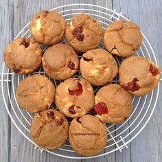 Muffins à la feta et aux tomates-cerise: de petits cakes salés faciles et rapide à réaliser. Ils trouveront leur place à l'apéritif, dans les boîtes à tartine, sur les buffets ou les paniers à pique nique.