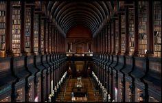 Thư viện cổ của Đại học Trinity, Dublin, Ireland được trang trí bằng những bức tượng bán thân làm từ đá cẩm thạch tuyệt đẹp.