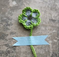 Crochet flowers tutorial, love the combination of green and blue.