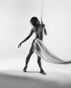 Bilder in ihrer schönsten Form …  ⠀ ⠀ Model: @lesha_dibartolo  Photo by @berlinfotografie.one ⠀ #pumping⠀#loveyourbody #bodygoals #fitnessgoals #model #dance #dancer #dancing #pointe⠀#allstars #converse #sneakers #black #white #photography #legwarmers⠀#girl #woman⠀#fotostudioberlin #love #passionnotprofession #legs #muscles #adultballerina #adultballerinagang #fitness #calisthenics #gymnasticshoutouts #instagymnastdancers ⠀ ⠀ Photo by… Loving Your Body, Converse Sneakers, Calisthenics, Pumping, White Photography, Leg Warmers, Muscles, Gymnastics, All Star