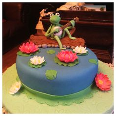 Wilton course 3 final cake ... Challenged myself and made a Kermit lol :)