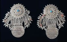 Afghanistan | Pair of pendants.  Silver, two discs, the upper one in openwork design, set with a turquoise in the middle, connected by chain-like strings | Est. 300 - 400 € ~ (Mar '08)