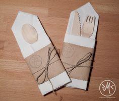 Servietten zur Bestecktasche falten / how to fold a napkin cutlery bag http://minnieswelt.blogspot.co.at/2015/05/bestecktasche.html
