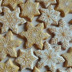 Gold and White snowflake iced cookies Star Sugar Cookies, Christmas Sugar Cookies, Iced Cookies, Holiday Cookies, Christmas Baking, Christmas Treats, Gingerbread Cookies, Christmas Desserts, Cookie Icing